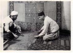 """Archivo de la Escuela de Estudios Árabes. La Escuela de Estudios Árabes participó en ferias de artesanía española y marroquí tanto en España como en el extranjero. En la imagen: """"Artesanos tejiendo una alfombra"""" (Exposición de Industrias Artísticas Hispano-Marroquíes. Granada, junio 1939)  Signatura: AEA/EA/FOT-C2(5)  http://aleph.csic.es/F?func=find-c&ccl_term=SYS%3D000113093&local_base=ARCHIVOS AEEA-CSIC"""