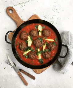 Faschierte Bällchen mit Tomaten Gemüse Sauce Ethnic Recipes, Food, Welcome, Complete Nutrition, Recipies, Essen, Meals, Yemek, Eten