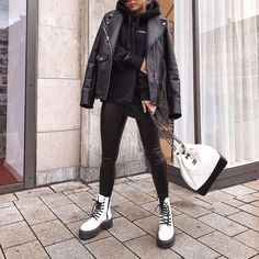 Find out where you can get the bag - Street Style Outfits Winter Fashion Outfits, Fall Winter Outfits, Look Fashion, Fall Fashion, Fashion Edgy, Fashion 2018, High Fashion, Fashion Women, Fashion Dresses
