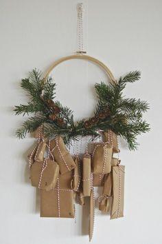 weihnachtsdeko geschenke adventskranz hängend