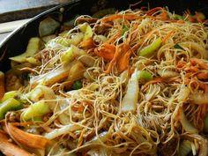 Aprende a preparar fideos de arroz con verduras con esta rica y fácil receta. Limpia las verduras. Corta el pimiento, las zanahorias y el calabacín en bastones, las...