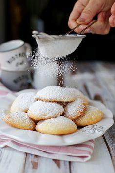 I biscotti alla panna sono dolci e friabili e si sciolgono in bocca, sono perfetti per essere inzuppati nel caffellate o nel tè. Sono