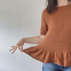 Das Shirt wird von oben nach unten mit Raglanzunahmen ohne Zwischenmasche gestrickt. Die kurzen Ärmel werden mit dem Magic Loop oder einem Nadelspiel rund gestrickt. Das Halsbündchen wird aus den Maschen des Halsausschnitts aufgenommen und separat gestrickt. Die hübsche Rüsche wird direkt angestrickt. Schwierigkeitsgrad ●●●○○ Gr. XS-S-M-L-XL, Brustumfang des fertigen Shirts 87-94,5-102-112-120cm Raglan, Pullover, Sweaters, Pattern, Fashion, Shirt Patterns, Hang In There, Round Round, Get Tan