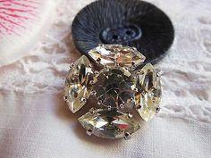 gros bouton paré de strass en verre blanc monture métal diamètre: 2,3 cm