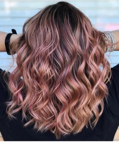 An experienced will adjust the hues of this pretty Rosé + pink champagne + peaches & cream to suit your and and an experienced will know the right to use to excute the look you're going for! Cute Hair Colors, Gold Hair Colors, Unique Hair Color, Medium Hair Styles, Curly Hair Styles, Cabelo Rose Gold, Look Rose, Hair Color And Cut, Dye My Hair