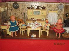 Wunderschoene-grosse-antike-Puppenkueche-um-1930-Blechpuppenherd-um-1900-Zubehoer