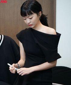 '콜라젤리' 헤어 흑발로 바꾸고 고혹미 발산하는 '이태원 클라쓰' 김다미 - 인사이트 Korean Actors, Korean Dramas, Korean Actresses, Office Outfits, Kdrama, Hot Girls, Kimono, One Shoulder, Celebs