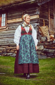 Råndastakken er ein livkjole frå Nord-Gudbrandsdalen som fyrst kom i bruk rundt Folk Costume, Costumes, Period Outfit, Traditional Dresses, Norway, All Things, Scandinavian, Apron, Frozen