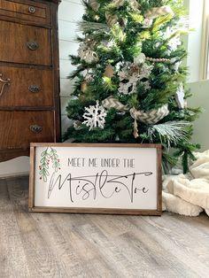 Meet me Under the Mistletoe sign. Farmhouse Christmas Decor, Country Christmas, All Things Christmas, Winter Christmas, Christmas Holidays, Farmhouse Decor, Farmhouse Signs, Christmas Decir, Happy Holidays