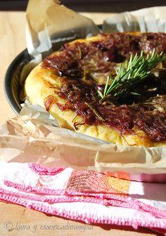 Essenza di Vaniglia: Focaccia con cipolle rosse di tropea, olive nere e acciughe