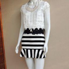 look-preto-branco-cropped-top-renda-saia-listrada-preto0branco-colar-pérolas-comprar
