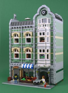 Palixa And The Bricks modified the Green Grocer modular. The new design includes an additional floor, reworked roof, and more furnishings. Lego Green Grocer, Casa Lego, Modele Lego, Lego Village, Big Lego, Lego Building Blocks, Building Ideas, Lego Boards, Lego Pictures