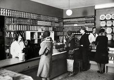 Ett exempel på hur enkel och välorganiserad en Konsumbutik kunde vara i slutet av 1920-talet. En hyllsektion är avsatt för knäckebröd, en hylla för bitsocker, en för strösocker och så vidare. Personalen signalerar renlighet och hygien genom att bära vita rockar. Bilden är tagen 1931 i någon av Konsum Bollnäs butiker. Old Photos, Vintage Photos, Stockholm Sweden, Historian, Finland, Nostalgia, Black And White, 1930s, Times