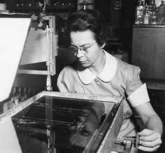 Physicist Katharine Blodgett in the General Electric research laboratory in 1938. One of her most influential inventions was non-reflective glass. (Photo: Smithsonian Institute/Wikimedia Commons)