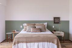 old home decor Guest Bedroom Decor, Home Bedroom, Modern Bedroom, Living Room Decor, Casa Gaudi, Half Painted Walls, Painted Headboard, Accent Wall Bedroom, Bedroom Paint Colors