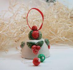 Campanelle piccole in ceramica con decorazioni natalizie. Fatto di terra bianca e dipinto a mano. Christmas bells