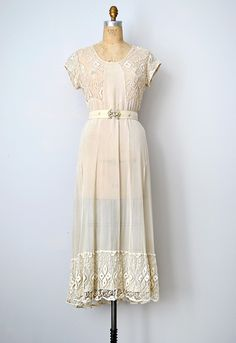 vintage 1930s wedding dress with lace