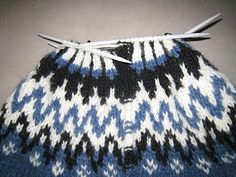Here is a description with picturess and text on how to knit a Icelandic Sweater. Jumper Knitting Pattern, Knitting Patterns Free, Free Knitting, Baby Knitting, Free Pattern, Sweater Patterns, Icelandic Sweaters, Knitted Hats, Knit Crochet