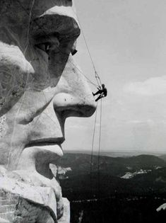 Working on the face of Abraham Lincoln, Mount Rushmore. The Mount Rushmore National Memorial is a sculpture carved into the granite face of Mount Rushmore near Keystone, South Dakota. Mont Rushmore, South Dakota, Vintage Photographs, Historical Photos, Belle Photo, Black And White Photography, Old Photos, American History, British History
