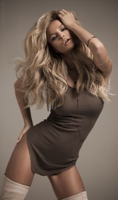 Long blonde hair - makeup - sexy model pic