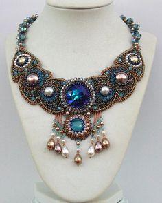 Amphitrite    Rien de moins que l'épouse de Neptune...Elle m'a inspiré ce collier réalisé pour le concours de création Swarovski chez Perles and Co. sur le thème de la mer, des fonds marins, des légendes et de la mythologie liés à ce sujet.