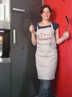 Jessica vient juste d'enfiler son tablier I'am a Verycooker et s'apprête à aller cuisiner sur sa plancha Verycook !