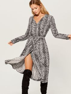 0b1a651c0f Sukienka z kopertowym dekoltem - beżowy - VX029-00P - Mohito - 1