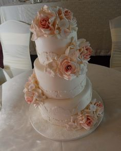 Beautiful blush roses for a classicly gorgeous wedding cake.