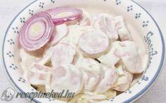 Tejfölös, lilahagymás virslisaláta recept fotóval
