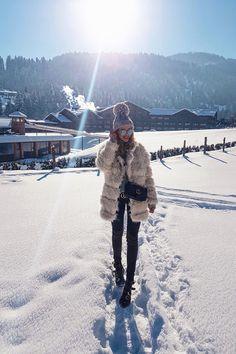 Stanglwirt | Kitzbühel, Austria. Grey sweater+black skinny jeans+black studded boots+beige fur coat+blck Gucci chain crossbody bag+black Gucci belt+Grey pompom beanie+sunglasses. Winter Casual Outfit 2017