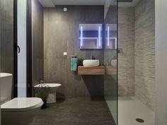 Casa modular: Casas de banho Moderno por ClickHouse Welcome To My House, Modern Bathroom, Toilet, Sweet Home, Bathtub, Stairs, Mirror, Architecture, Furniture