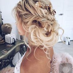 Love this hairstyle from @ulyana.aster  Perfect wedding day hair ? Yay or nay?