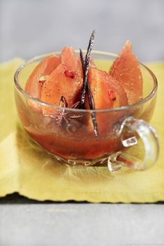 Poached quinces with sweet wine and spices - Healthy Food Mom Gourmet Recipes, My Recipes, Dessert Recipes, Chutneys, Sweet White Wine, Healthy Snacks, Healthy Recipes, Dessert Aux Fruits, Vegan Ice Cream