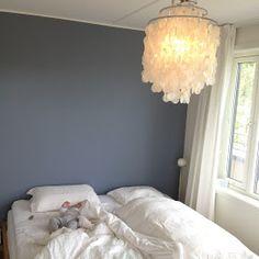 Med hvite gardiner fra gulv til tak, og hvite vegger, tak og skap ble det litt vel hvitt på soverommet. Synes det er fint med en vegg i en k... Office Wall Colors, Office Walls, Jotun Lady, Japanese Bedroom, Ikea, Best Paint Colors, Small Room Bedroom, Painting Wallpaper, Home Interior Design
