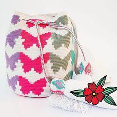 No hay descripción de la foto disponible. Drawstring Backpack, Butterflies, Tapestry, Backpacks, Crochet, Bags, Crochet Purses, Knitting Patterns Free, Grandmothers