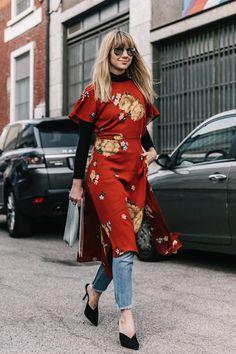 Un romantico a Milano ©Diego Anciano ya es un clásico el vestido sobre el pantalón red dress denim