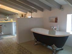 Bristol - Nostalgie-Badewanne - freistehend. Die freistehende Badewanne Bristol. Die wundervoll geschwungenen Wannenränder geben dieser Gusseisen Badewanne ihre einmalige Form. Die perfekte Symbiose mit den eindrucksvollen Klauenfüßen rundet den klassischen Auftritt der Badewanne Bristol perfekt ab. Die Bristol Badewanne kann mit oder ohne Wannenrandbohrung für die Armatur bestellt werden. Die Füße der Wannen können in verschiedenen Designs bestellt werden #Nostalgie #Badewanne #bädermax
