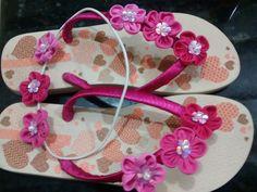 Sandália e tiara decoradas com flores de fuxico.