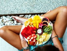 Girl relaxing and eating fruit plate by the hotel pool Exotic summer diet Photo of legs with healthy food by the poolside top view from above Tropical beach lifestyle Sto. Lose Weight In A Week, How To Lose Weight Fast, Hei Poa, Leaky Gut Syndrome, Summer Diet, Summer Fitness, Summer Skin, Healthy Summer, Adele Weight