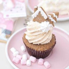 A Frosted Fairytale: London At Christmas ~ Love Catherine, Peggy Porschen Gingerbread Cupcake Christmas Cupcakes Decoration, Christmas Desserts, Christmas Baking, Christmas Treats, Pink Christmas, Christmas Town, Pretty Cupcakes, Fun Cupcakes, Donuts