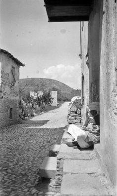 Γυναίκα με παραδοσιακή ενδυμασία στην είσοδο οικίας. Καλαμωτή Χίος, γύρω στα 1935 Έλλη Παπαδημητρίου.  Είσοδος χωριού από Παναγιά Σικελιά. Πίσω διακρίνεται το ύψωμα Τύλη Chios, Ancient Civilizations, Good Old, Greece, Beautiful Places, Earth, Good Things, Drawing, Fotografia