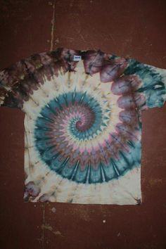 How To Tie Dye, How To Dye Fabric, Tie Dye Folding Techniques, Tie Dye Party, Diy Tie Dye Shirts, Tie Dye Crafts, Tie Dye Designs, Tie Dye Patterns, Tye Dye