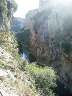 Visata de la Foz y el Río Irati  Foz de Lumbier está en - Navarra - La Foz la conforman el Río Irati que desciende desde el Pirineo de Navarra y los Farallones rocosos. Es una zona donde hay muchas aves destacando los Buitres Leonados.