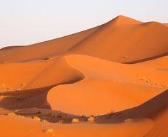 'Dunas de Merzouga' e está situada no Marrocos, próximo à fronteira com a Argélia