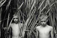 Spanish photographer Dara Scully captures compelling images of children in nature. The photographs explore childhood and how innocence, desire, cruelty and tenderness can be easily. Norman Rockwell, Young Boys Fashion, Young Cute Boys, Kids Photography Boys, Cute White Boys, Boys Summer Outfits, Cute Gay Couples, Clipart Black And White, Scully