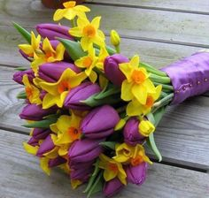 Purple tulips and daffodils in a bouquet Wedding Flower Guide, Tulip Wedding, Beach Wedding Flowers, Bridal Flowers, Daffodil Wedding Flowers, Blue Wedding, Tulip Bridal Bouquet, Spring Bouquet, Spring Flowers