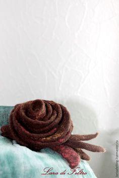 Купить Брошь валяная роза цветок из шерсти войлочное украшение - коричневый, войлочное украшение