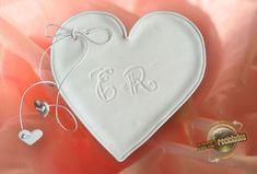 Porta alianças confeccionado em biscuit, simples e bonito para noivas que gostam de se manter no básico. Opção de colocar as iniciais dos noivos. R$ 50,00