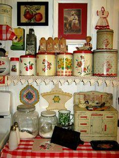 Kitchen Vintage Red Shabby Chic New Ideas Vintage Kitchenware, Vintage Kitchen Decor, Vintage Tins, Vintage Love, Vintage Antiques, Retro Vintage, Red And White Kitchen, Red Kitchen, Kitchen Items