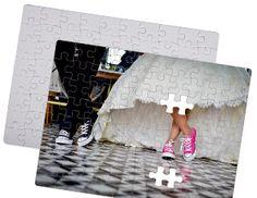Bomboniera per matrimonio, puzzle composto da 80 pezzi con stampa multicolore. Questa stampa permette di riprodurre la foto degli sposi o un'immagine a colori per ricordare il giorno delle nozze. Su richiesta è possibile stampare il fumetto in tema matrimonio di nostra realizzazione con i nomi degli sposi. Confetti non inclusi.